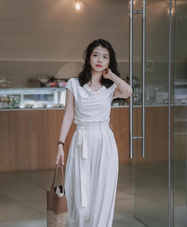 """三木教你穿搭,白色T恤搭麻棉阔腿裤,40岁女人告别""""大妈装"""""""