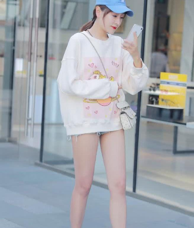 街拍:小姐姐卫衣搭牛仔短裤,露出长直的美腿太好看了