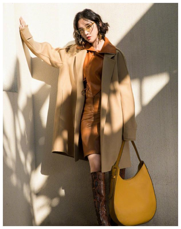 唐艺昕短卷发好有范儿,大地色大衣配橘色包臀皮裙,时髦又高级