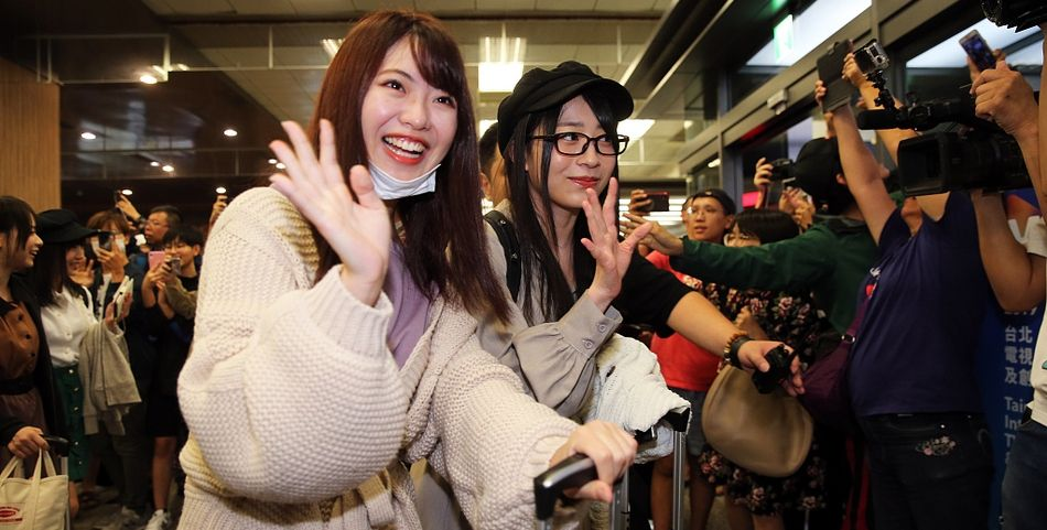本女团AKB48浩浩荡荡抵台 成员青春貌美甜笑挥手
