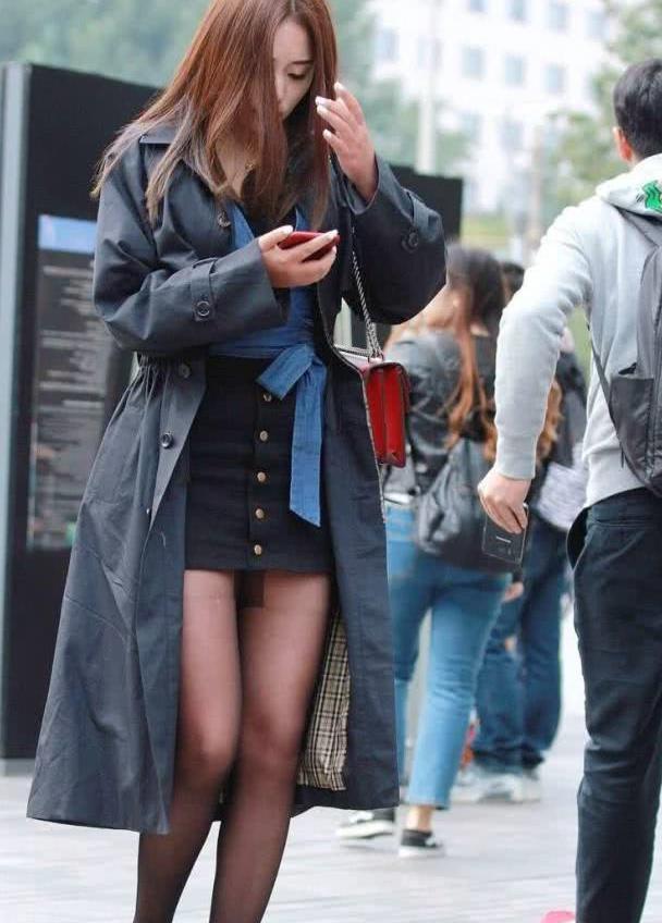 街拍:小姐姐内搭黑色连衣裙搭外搭风衣,尽显美丽大方