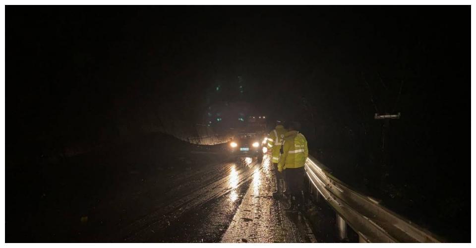 四川理县米亚罗一路段多处泥石流  交警临时管制