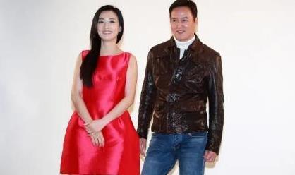 张庭与老公林瑞阳拍照秀恩爱,穿玫红色连衣裙年轻洋气,好招摇