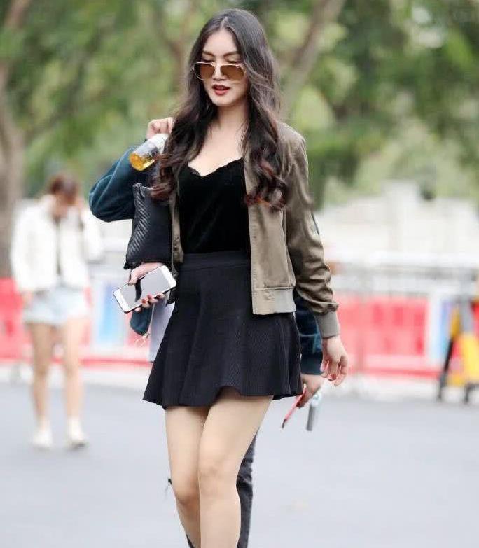 街拍:小姐姐内搭黑色连衣裙外搭小皮夹,凸显好身材