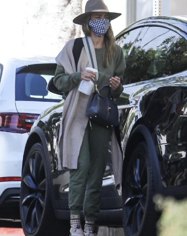 幸福!杰西卡·阿尔芭(JessicaAlba)带着闺女洛杉矶外出街拍