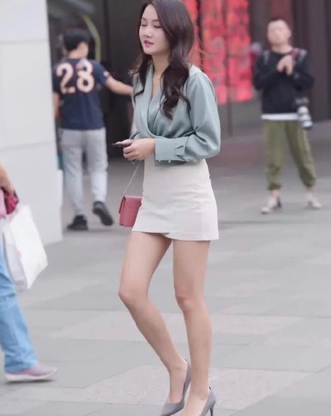 街拍美女穿搭:有一种优雅来自短裙,搭配长袖上衣,不怕晒黑了