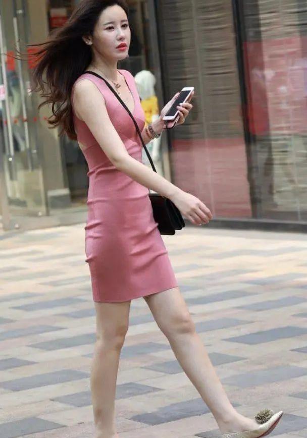 美女吊带裙腰部位置给剪开一刀,瞬间让你的个人魅力翻倍