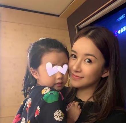 张子萱抱3岁女儿秀妈妈力,安安五官像爸爸,迷你版曾小贤?