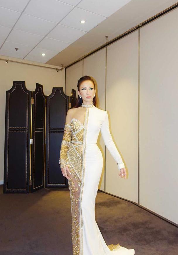 李玟coco的腰臀比逆天了,穿鸳鸯修身连衣裙,黄金比例太优越