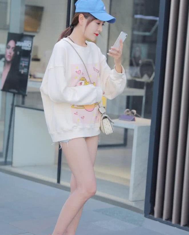 街拍:小姐姐卫衣搭短裤,青春时尚