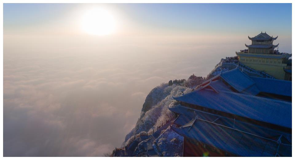 距成都仅2小时车程:这座山一下雪就变成仙境,阳光洒满银色佛国