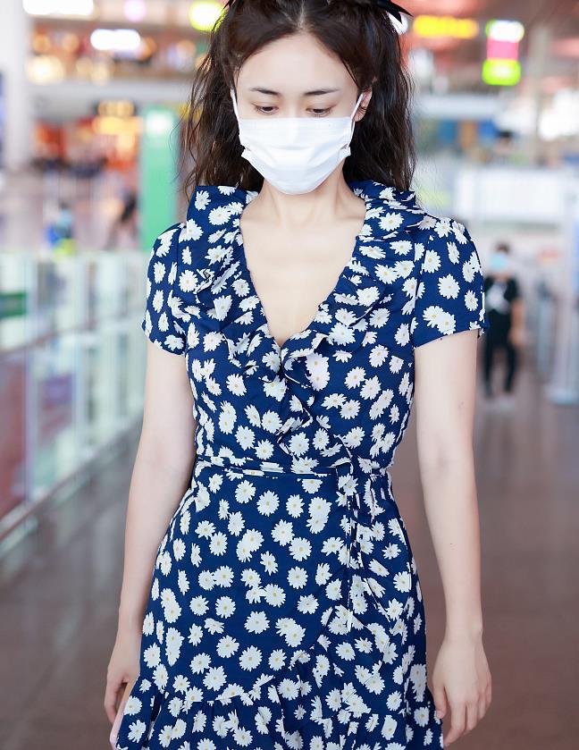 刘芸迷上了双马尾,穿小雏菊连衣裙走机场,洋溢着满满的少女情怀