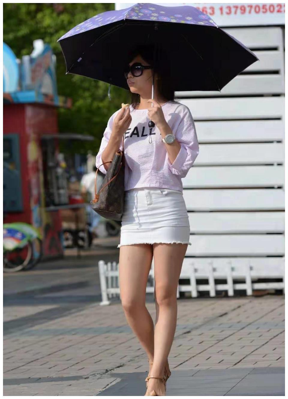 性感的超短裙美女, 撑着一把太阳伞吃冰淇淋, 超可爱