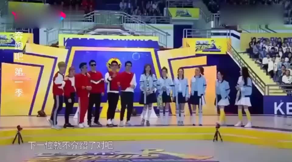 奔跑吧:女嘉宾集体抱起兄弟团,李沁陈赫尴尬了,只能抱起一条腿