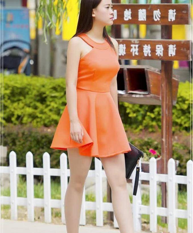 街拍:夏季必备橘红色短裙,看着气质十足,高腰设计很显高