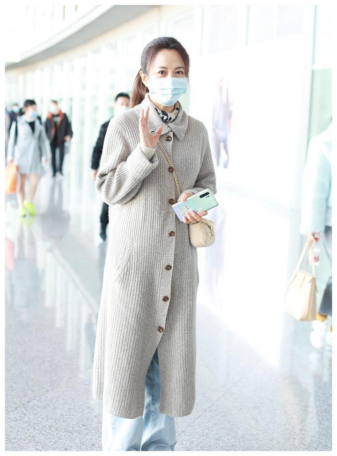 杨童舒机场造型太会穿,长款毛衣搭配马尾利落,看着哪像奔5的样