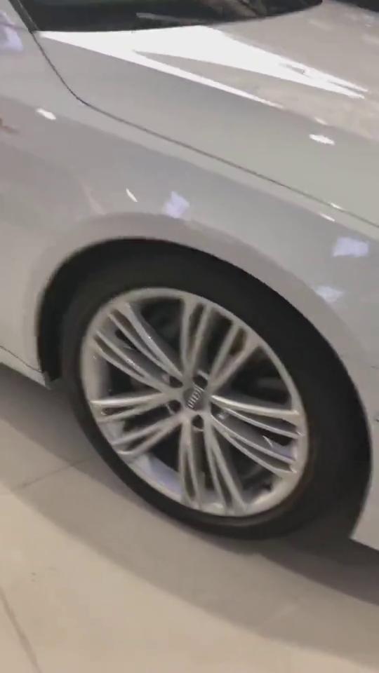 视频:奥迪全新A7,价值比大哥A8都贵,打开尾门就知道贵在哪里!