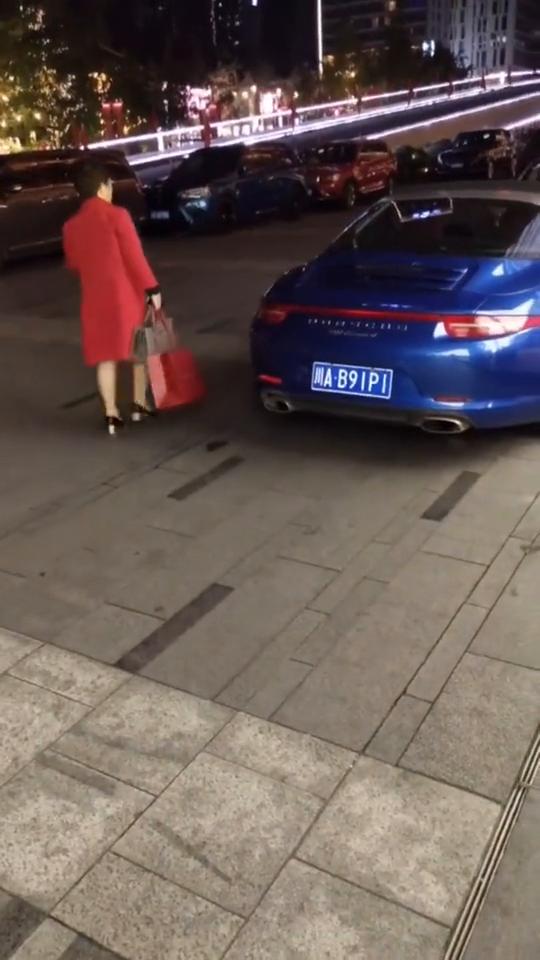 开这样的车,出来逛街的女人,都是富婆吧?