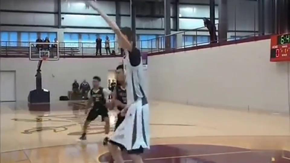 太吓人,美国高中生身高2.3米,篮球场上鹤立鸡群有点恐怖