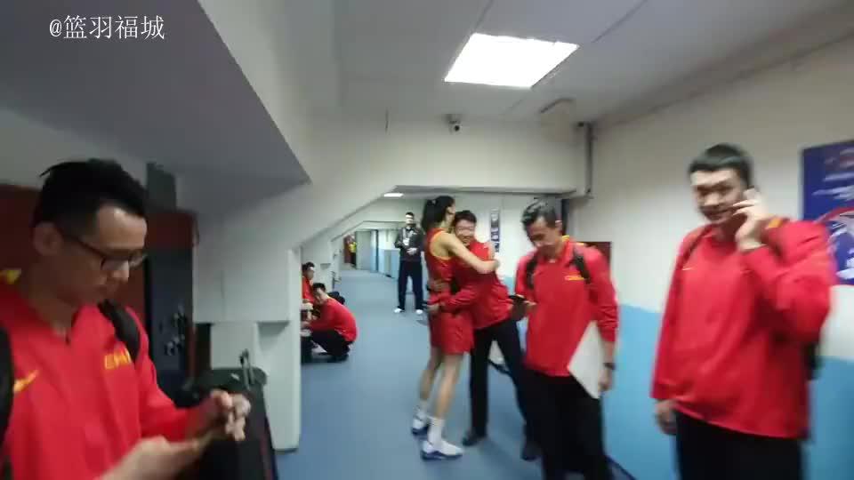 姚明守候在更衣室门口等待,女篮姑娘们击掌庆祝胜利中国女篮真棒