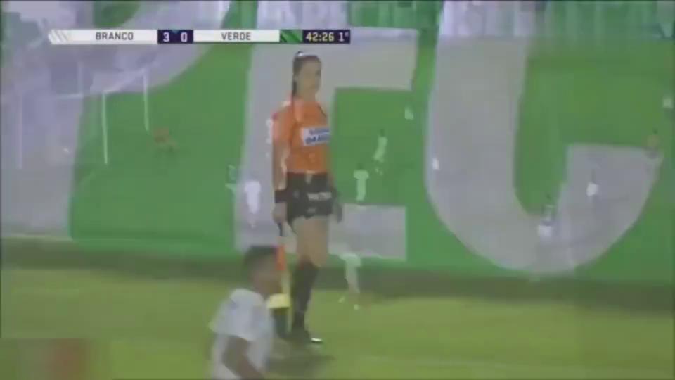 """尴尬!前巴西国脚德尼尔森进球后向女边裁""""比心""""遭女主裁警告"""