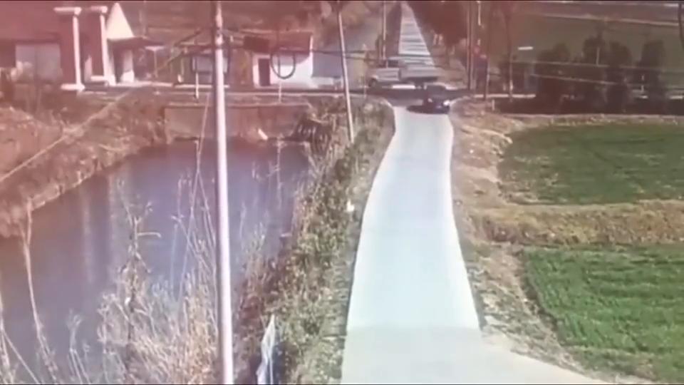 摩托车强行过马路,先被黑车撞倒在地,红车过来又补了一刀