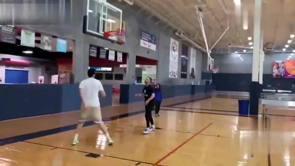 顶级训练师泰勒1v1中国高中生,身高在打篮球方面真的很重要!