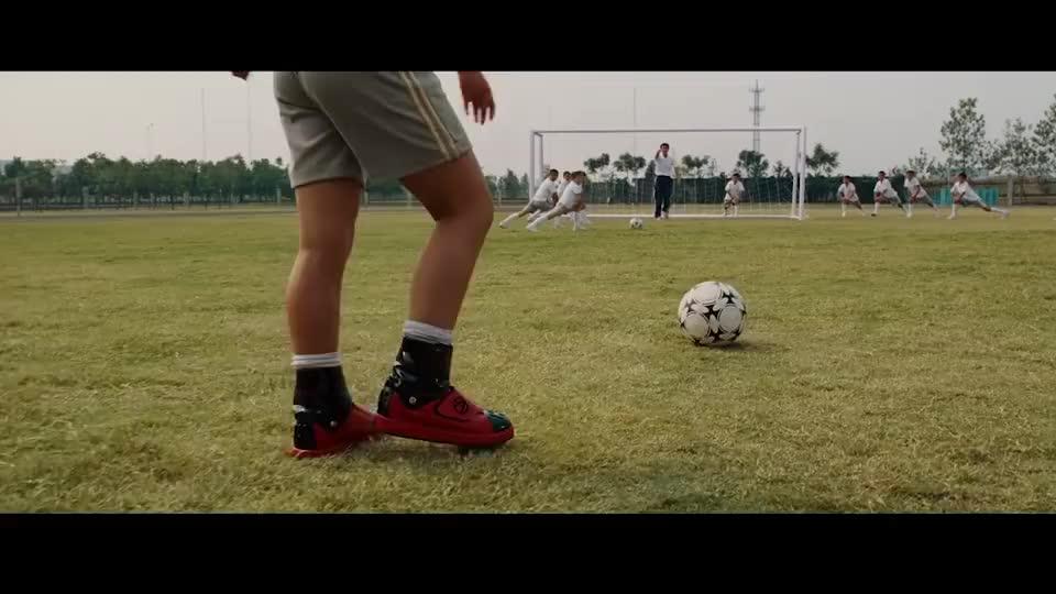 校长来抓小狄,小狄不慌不忙,直接穿着运动鞋飞天跑了!