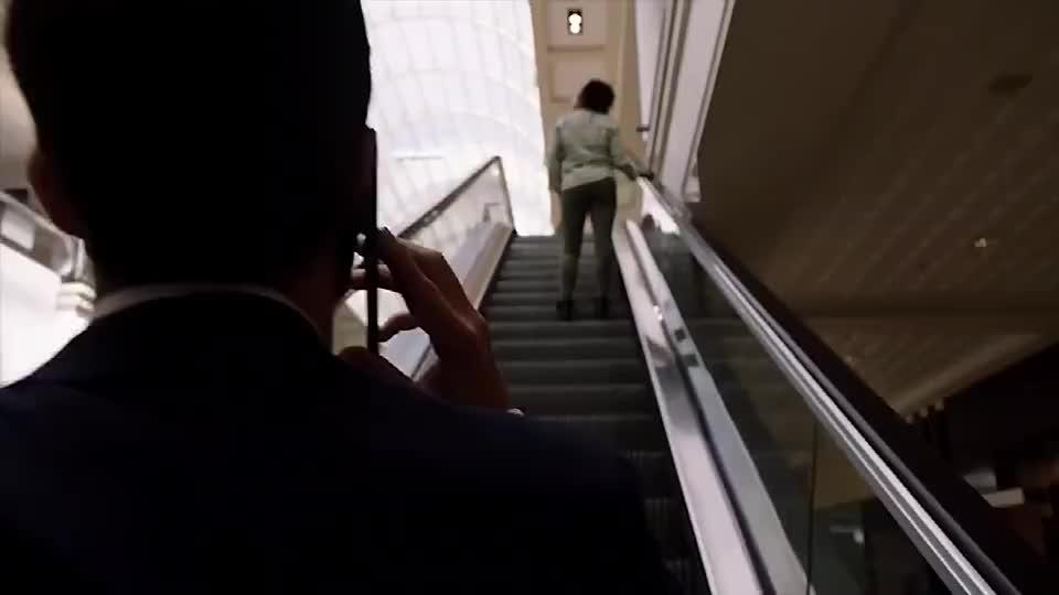 小伙在电梯上向女友求婚,谁料突然掉进扶梯,瞬间变成悲剧