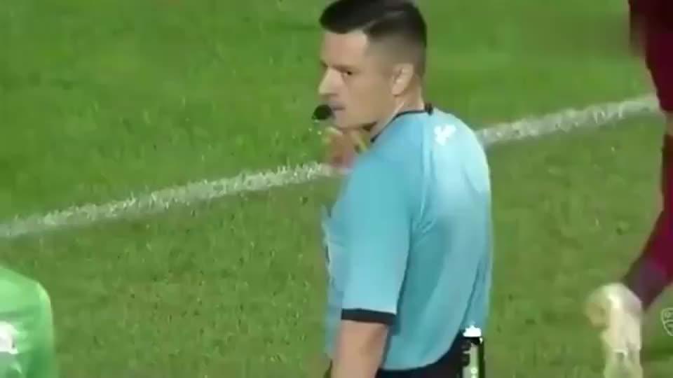 罗马尼亚联赛门将连扑两次点球被吹,失去理智被红牌罚下