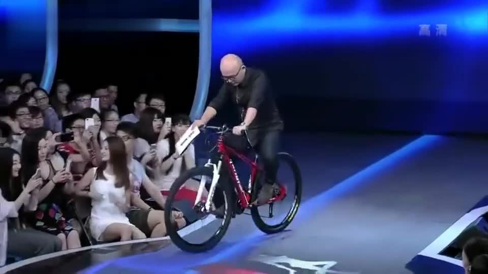 孟非台上骑单车,黄菡笑了:很像去买菜的!全场笑翻