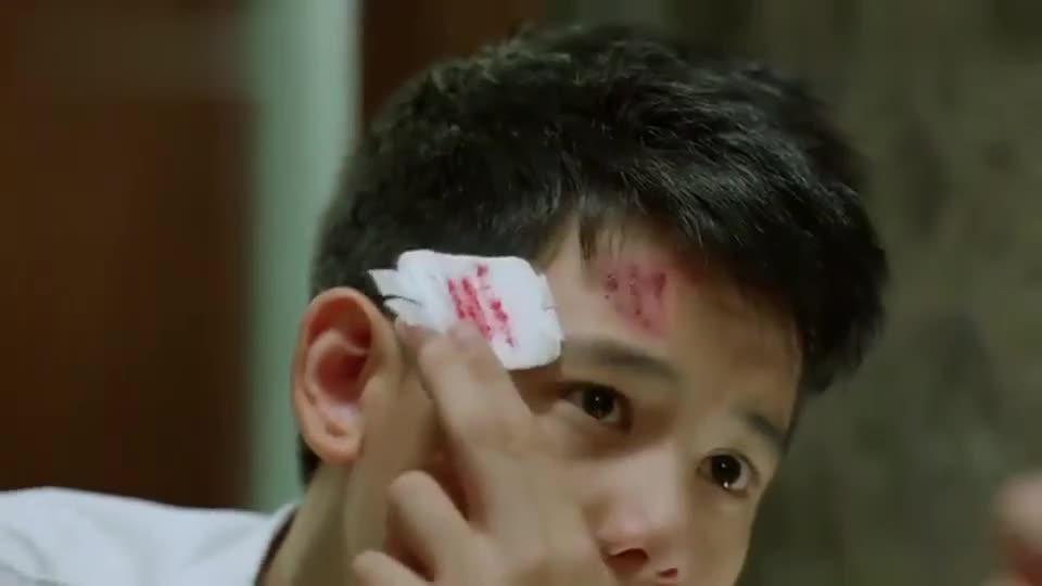 小宇打架受伤,被小后妈发现,后妈的处理方式令继子惊讶!