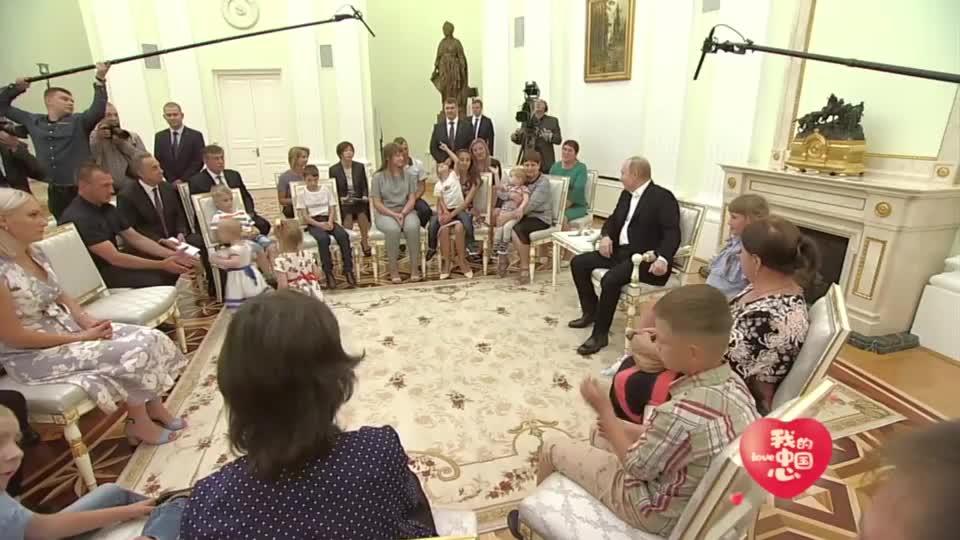 普京和一群老百姓唠家常,太有亲和力了