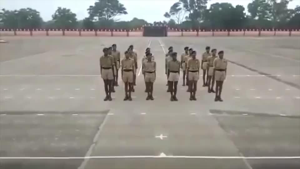 实拍印度陆军士兵队列训练,都不给个长裤穿,看孩子腿都黑成啥样