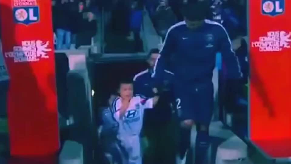足球部落:这一幕太温暖,席尔瓦脱外衣给受冻小球童取暖。