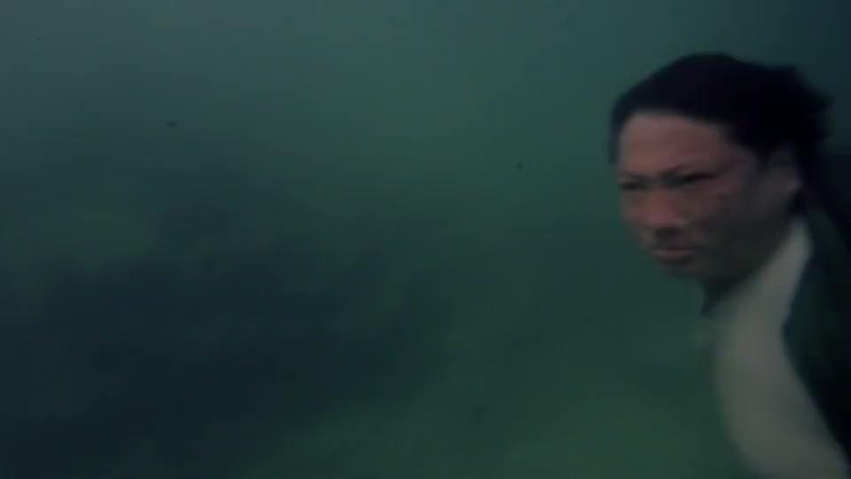洪金宝在水下打架,在阻力巨大的情况下还打得出组合拳,真秀啊