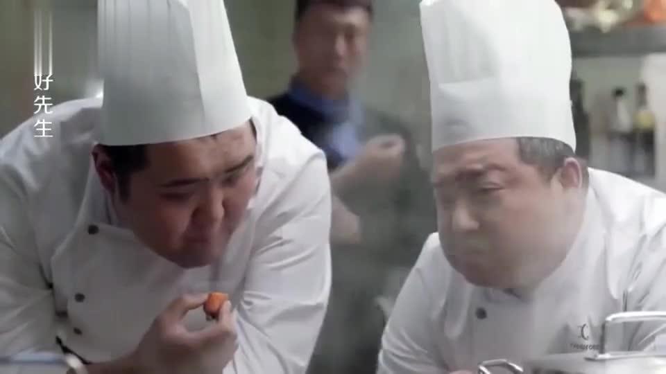 俩厨师八卦陆主厨,不料陆远就在其身后,瞬间好尴尬阿