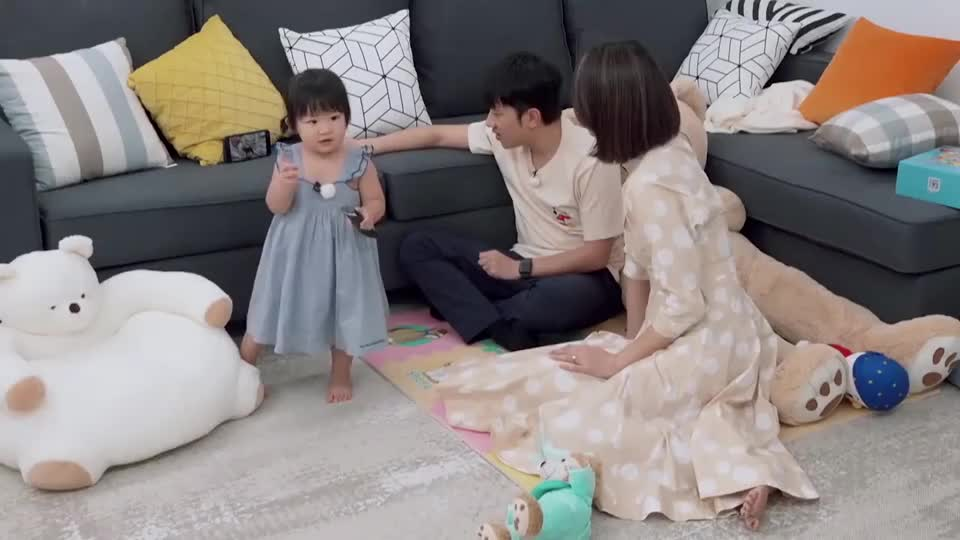 王祖蓝教女儿学泰语,小宝贝学的有模有样,太可爱了!