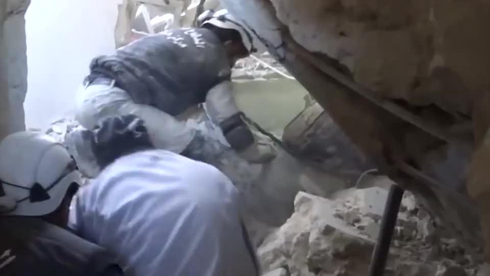 实拍叙利亚战争:叛军对村庄的轰炸结束了,人们开始在废墟中救人