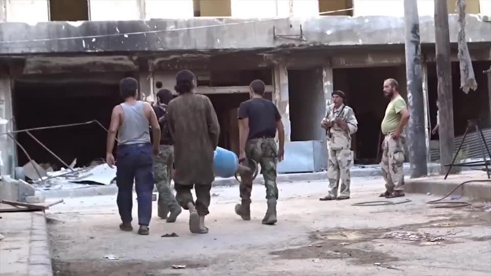 """实拍叙利亚战争:叛军用""""煤气罐""""轰炸政府军,威力大的有点离谱"""