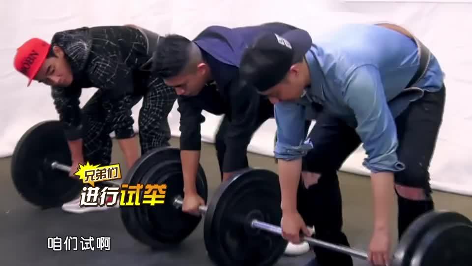陈小春挑战世界举重纪录,憋得满脸通红,哪料不到3秒就放弃