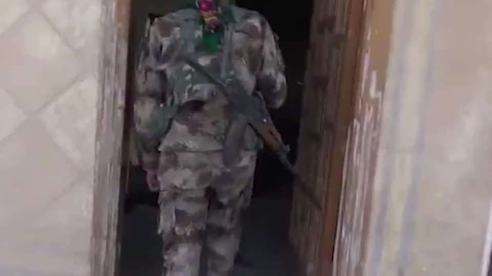 见识下叙利亚叛军的地道,虽然洞口被封住了,但还能挤进去!