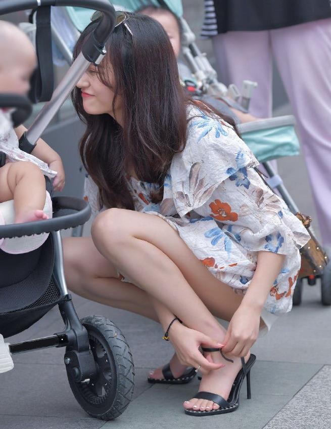 街拍极品大长腿年轻妈咪温柔漂亮,得此妻夫复何求?