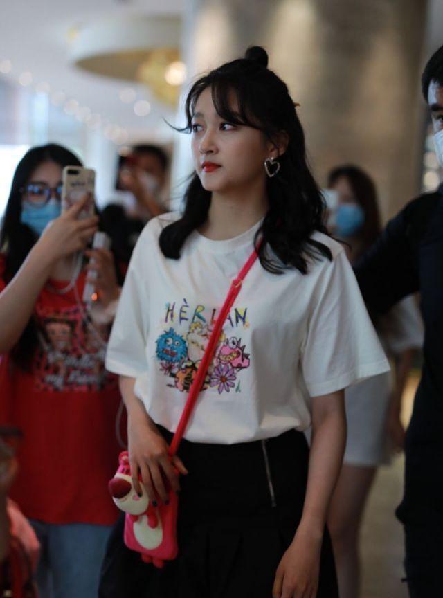鹿晗女友现身机场,穿小怪兽涂鸦T恤花苞裙,俏皮可爱
