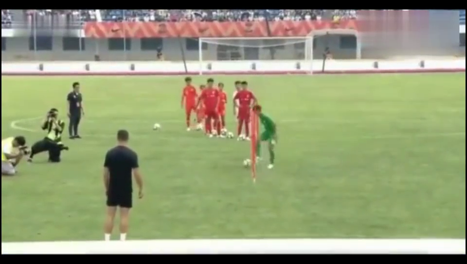 C罗和中国青年队练球,看完我终于知道为什么女足远胜于男足了!