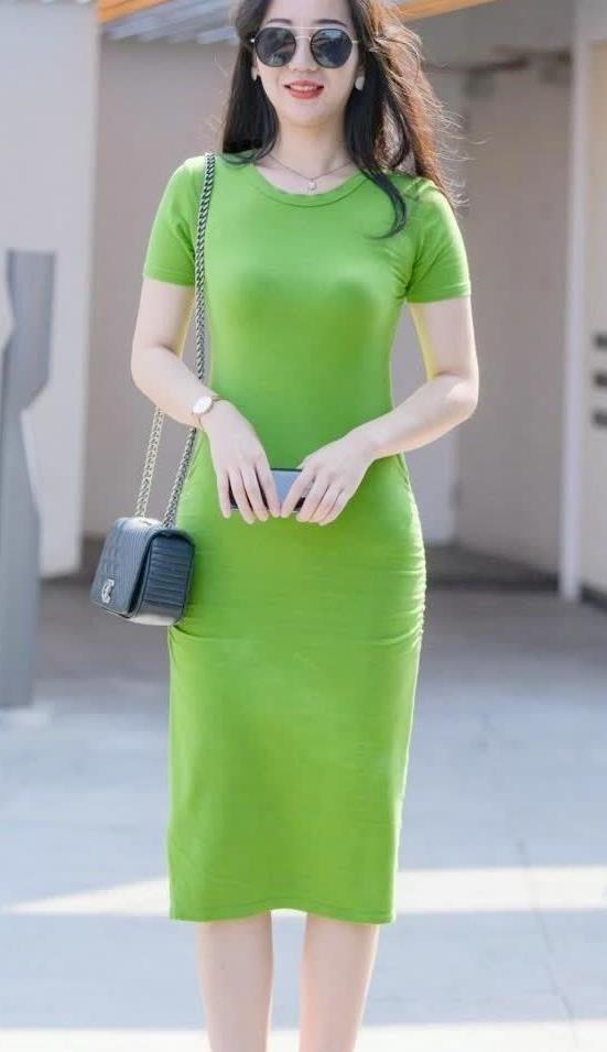街拍:墨镜小姐姐绿色连衣裙,简单穿搭英气不凡