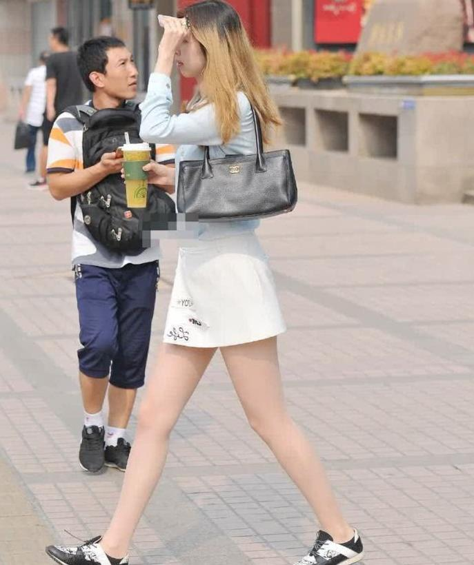 街拍:蓝色上衣搭配白色短裙,配上运动鞋很阳光