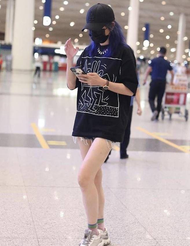 44岁赵薇玩下衣失踪,蓝色长发和长腿很吸睛,但鞋子缺时尚感
