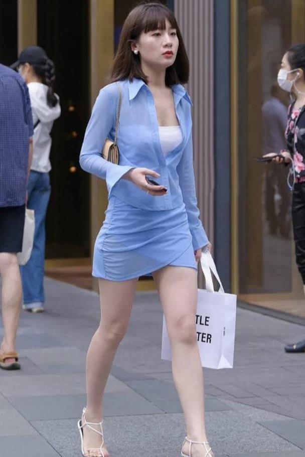 蓝色裙子套装,搭配白色细跟凉鞋,清爽大方还有职业女性气质