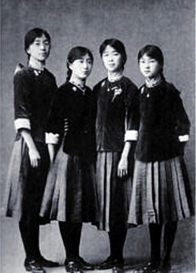 """老照片再现民国男女服装""""西学东渐""""痕迹,婚纱西装泳装样样有!"""